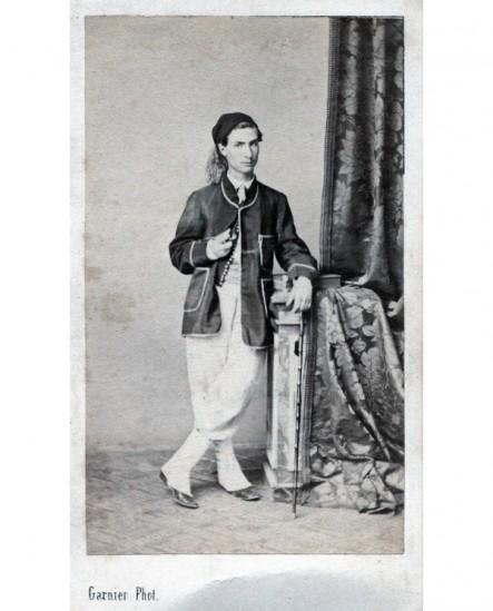 Homme posant debout en costume de zouave. D. Fauchez