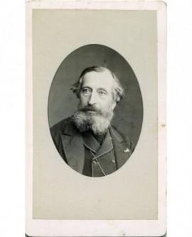 Portrait en médaillon d\'un homme barbu. Alfred Bertrand