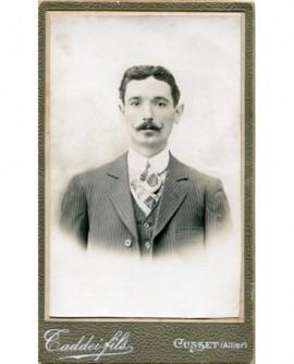 Portrait d\'un homme moustachu