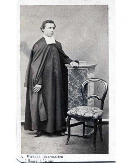 Prêtre posant debout. frêre Philaret