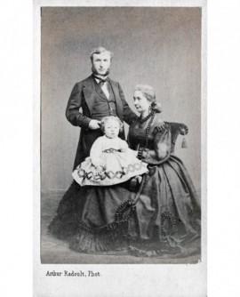 Couple posant avec un bébé. Femme assise