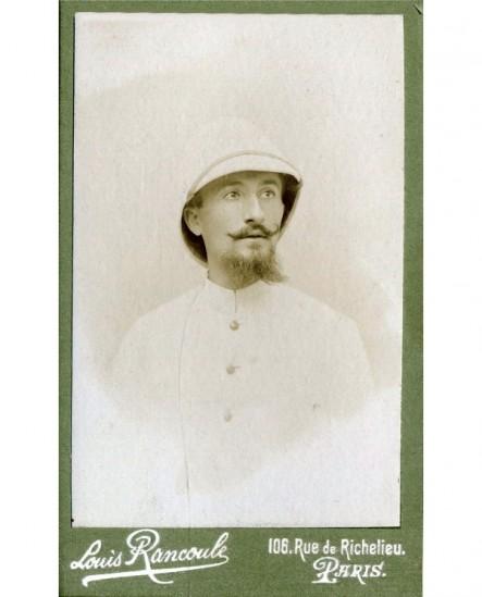 Portrait d\'un homme avec casque colonial