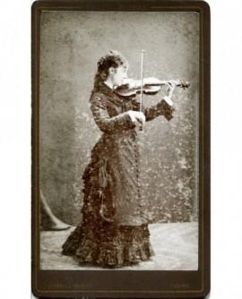Jeune femme en robe jouant du violon