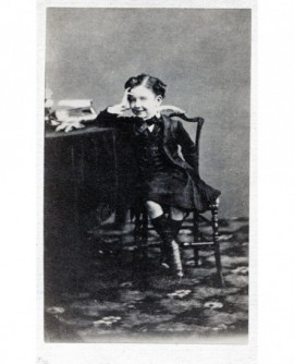 Jeune garçon assis sur une chaise. Prince Impérial