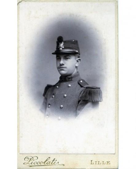 Portrait d\'un militaire, képi sur la tête