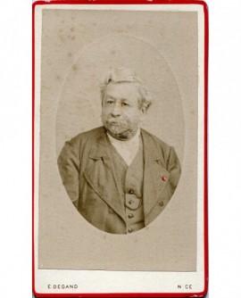 Portrait d\'un homme barbu en médaillon