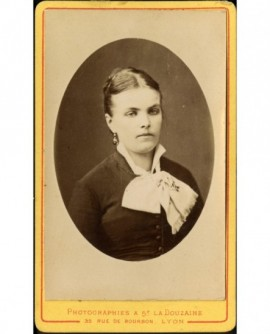 Portrait de jeune femme à la cravate blanche