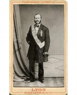Homme debout posant avec écharpe de franc-maçon