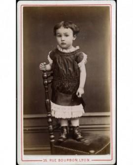 Petit garçon en robe, debout sur une chaise (Louis Vulpin)