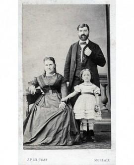 Famille: homme, femme et enfant en robe