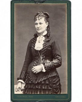 Femme en robe posant debout