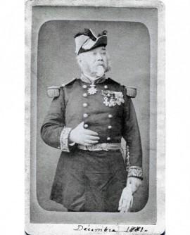 Militaire décoré posant debout