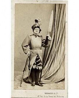 Homme de théâtre en costume de scène. armure et halebarde