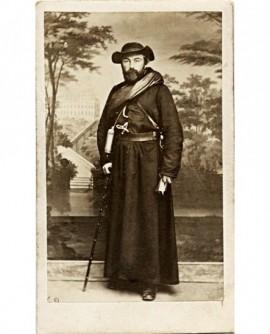 Prêtre missionnaire avec canne et chapeau