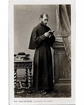 Prêtre debout lisant