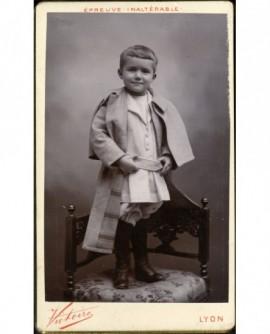 Petit garçon debout sur une chaise