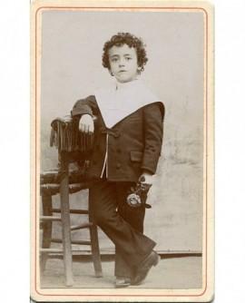 Jeune garçon debout avec veste de marin