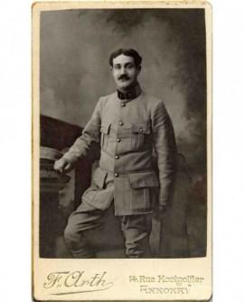 Portrait d'un militaire, vêtu d'une vareuse à soufflets