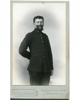 Militaire barbu posant debout