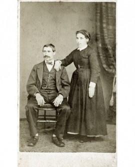 Couple: homme assis, femme debout