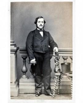 Homme debout, chapeau haut de forme sur une chaise. Dc Hugo Debange
