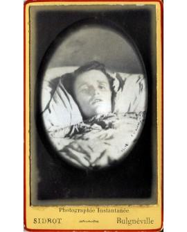 Portrait d'une femme en médaillon