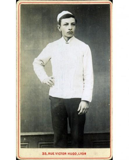 Marmiton debout, en bonnet et veste blancs