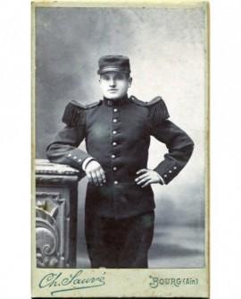 Militaire debout appuyé à une colonne