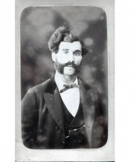 Portrait d\'un homme moustachu à rouflaquette
