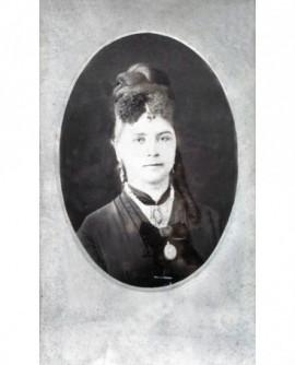 Portrait d\'une femme en médaillon