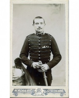 Militaire posant debout avec sabre et casque à plumeau