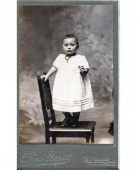 Bébé debout sur une chaise