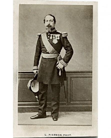 Napoléon III debout en uniforme, bicorne à la main