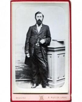 Homme barbu posant debout