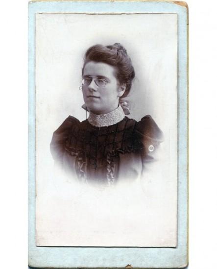 Portrait d\'une femme avec binocles