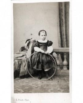 Petite fille avec baguette et cerceau (jouet)