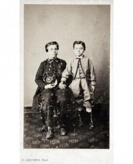 Deux enfants, l\'un en uniforme d\'écolier