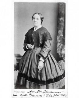 Femme posant debout. Mme A. Letourneur