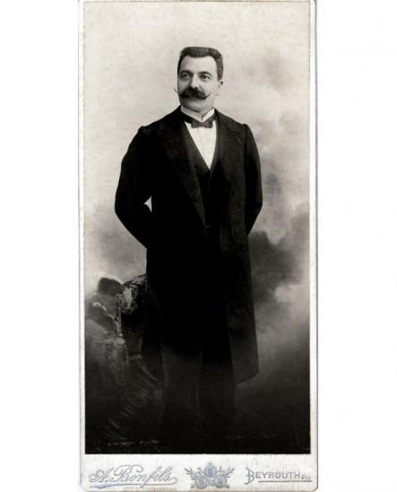 Autoportrait du photographe Adrien Bonfils
