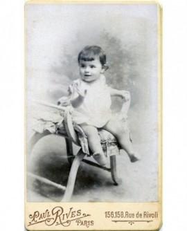 Bébé assis sur une chaise en chemise. René Danger