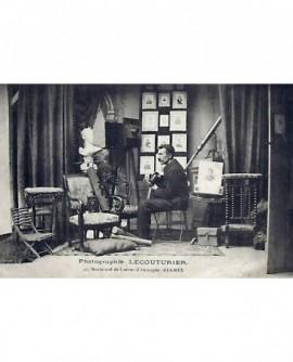 autoportrait du photographe Lecouturier dans son atelier