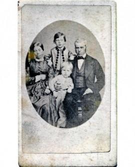 Couple posant avec deux enfants