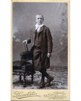Jeune garçon posant debout