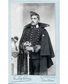 Militaire posant debout avec son sabre