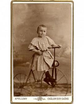 Enfant appuyé sur une console, une canne à la main.