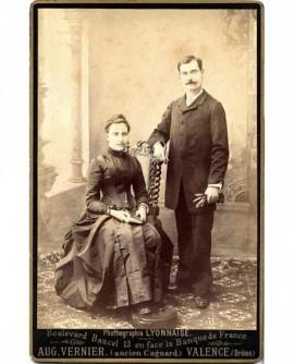 Couple: femme assise livre à la main, homme gants à la main