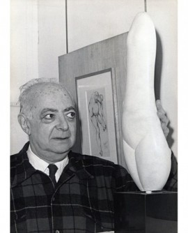 Brassaï devant une de ses sculptures