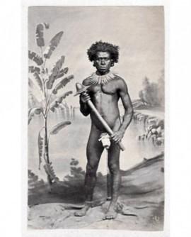 Indigène posant nu avec une masse (casse tête)