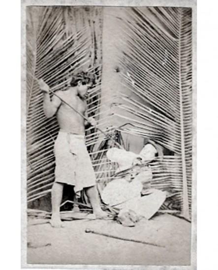Indigène menaçant un homme à terre en tenue coloniale