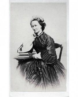 Femme assise avec couronne de fleurs dans les cheveux